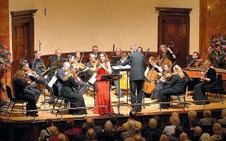 Η Κιάρα Σκέραθ με τους Mozartists υπό τον Iαν Πέιτζ σε πρόσφατη εμφάνισή τους στο λονδρέζικο Ουίγκμορ Χολ.