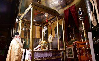 Κατά την τέλεση των λειτουργιών θα είναι παρόντες μόνον ιερείς και το αναγκαίο βοηθητικό προσωπικό, ο συνολικός αριθμός των οποίων δεν θα υπερβαίνει τους τέσσερις για όλους τους χώρους λατρείας, πλην των μητροπολιτικών ναών, στους οποίους ο ανώτατος αριθμός μπορεί να είναι έξι.