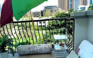 Ένα πολύ «ελληνικό» μπαλκόνι  στο Ντουμπάι εν μέσω πανδημίας, ακόμα πιο χρήσιμο λόγω των ιδιαίτερα θερμών κλιματικών συνθηκών στα Ηνωμένα Αραβικά Εμιράτα.