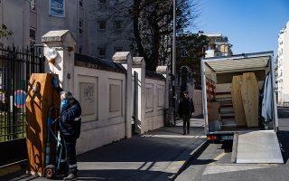 Τραγικές εικόνες σαν αυτή είναι συχνές έξω από οίκους ευγηρίας σε πολλές χώρες της Ευρώπης. Η συγκεκριμένη είναι από το Παρίσι.