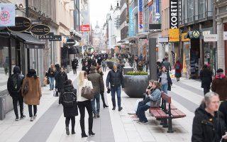 Πεζόδρομος στη Στοκχόλμη στα μέσα της εβδομάδας. Η κυβέρνηση της Σουηδίας είναι η μοναδική που επιμένει να μην επιβάλει δραστικά περιοριστικά μέτρα. EPA / FREDRIK SANDBERG