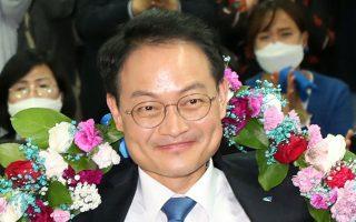 Ο υποψήφιος βουλευτής του Δημο-κρατικού Κόμματος Χέο Γιονγκ πανη- γυρίζει για τη νίκη του στην Τσουντσεόν της Νότιας Κορέας.