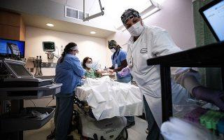 Στα νοσοκομεία του κορωνοϊού, ο γιατρός και η νοσοκόμα ρισκάρουν την ασφάλειά τους χάριν του επαγγελματικού ιδεώδους που υπηρετούν: της φροντίδας του άλλου. EPA/ETIENNE LAURENT