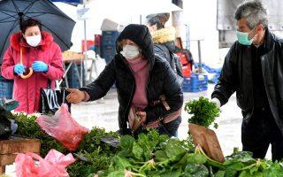 Πολίτες προμηθεύονται τρόφιμα σε λαϊκή αγορά της Κορίνθου, Σάββατο 04 Απριλίου 2020. Η κίνηση είναι εμφανώς μειωμένη μετά την έναρξη ισχύος των μέτρων για την αποφυγή της μετάδοσης του κορονοϊού, σύμφωνα με τα οποία οι πάγκοι θα πρέπει να έχουν κενό μεταξύ τους και να δραστηριοποιούνται κάθε φορά εναλλάξ οι μισοί παραγωγοί, ενώ επιτρέπεται μόνο η πώληση τροφίμων. ΑΠΕ-ΜΠΕ/ΑΠΕ-ΜΠΕ/ΒΑΣΙΛΗΣ ΨΩΜΑΣ