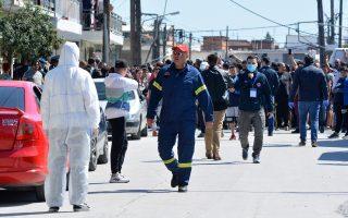 Κάτοικοι έχουν συγκεντρωθεί κατά την επίσκεψη κυβερνητικού κλιμακίου στη συνοικία Νέας Σμύρνης στη Λάρισα, Παρασκευή 10 Απριλίου 2020, η οποία έχει τεθεί σε καραντίνα μετά τον εντοπισμό 20 κρουσμάτων κορονοϊού, Covid-19 στον οικισμό των ρομά της περιοχής. Κυβερνητικό κλιμάκιο, στο οποίο συμμετέχουν ο υφυπουργός Πολιτικής Προστασίας Νίκος Χαρδαλιάς, ο εκπρόσωπος του υπουργείου Υγείας, καθηγητής λοιμωξιολογίας Σωτήρης Τσιόδρας και ο υφυπουργός Εσωτερικών Θεόδωρος Λιβάνιος, μετέβη στην περιοχή της Νέας Σμύρνης προκειμένου να συντονίσει τις ενέργειες για την αποτροπή της μετάδοσης του ιού σε μεγάλο αριθμό του πληθυσμού. ΑΠΕ-ΜΠΕ/ΑΠΕ-ΜΠΕ/ΑΠΟΣΤΟΛΗΣ ΝΤΟΜΑΛΗΣ