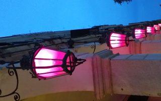 Μωβ χρώμα φωτίζουν και τα φανάρια στο Λιστόν, στα καντούνια, στα μικρά σοκάκια, στα Ανάκτορα και στους δρόμους του νησιού