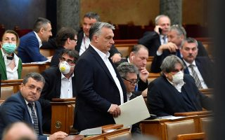 H περίπτωση της Ουγγαρίας είναι ανησυχητική. Τη Δευτέρα, η χώρα ενέκρινε νέα νομοθεσία, η οποία επιτρέπει στον πρωθυπουργό Βίκτορ Ορμπαν (φωτ.) εξουσίες αντίστοιχες με αυτές ενός δικτάτορα και διοίκηση μέσω διαταγμάτων, χωρίς ρητό χρονικό όριο, με την πρόφαση της καταπολέμησης του κορωνοϊού. A.P. / MTI / ZOLTAN MATHE