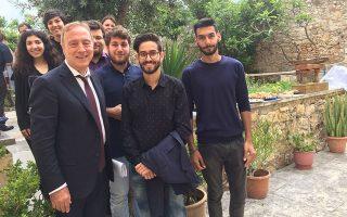 Ο καθηγητής Νίκος Σταμπολίδης με φοιτητές του στην Κρήτη.