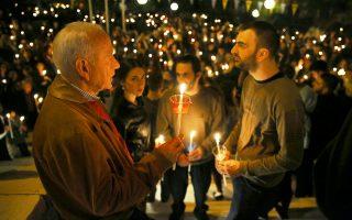 Πιστοί κρατούν αναμμένες λαμπάδες μετά την παραλαβή του Αγίου Φωτός της Ανάστασης στον Ιερό Ναό Αγίας Τριάδος στον Χολαργό, Αττικής, το Μεγάλο Σάββατο 27 Απριλίου 2019. ΑΠΕ-ΜΠΕ/ΑΠΕ-ΜΠΕ/ΣΥΜΕΛΑ ΠΑΝΤΖΑΡΤΖΗ