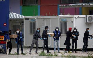Κλιμάκιο του ΔΟΜ μαζί με πρόσφυγες κουβαλούν κιβώτια με φαγητό στην δομή φιλοξενίας προσφύγων στη Ριτσώνα, Παρασκευή 3 Απριλίου 2020. Τα επιβεβαιωμένα κρούσματα από κορονοϊό στη δομή προσφύγων της Ριτσώνας είναι 23, σύμφωνα με την ενημέρωση του καθηγητή λοιμωξιολογίας και εκπρόσωπο του υπουργείου Υγείας, Σωτήρη Τσιόδρα. Η απόφαση να τεθεί σε καραντίνα η δομή ελήφθη μετά τα αποτελέσματα της ιχνηλάτησης των επαφών του βεβαιωμένου κρούσματος κορονοϊού σε γυναίκα που διαμένει στη δομή. Κατά την ιχνηλάτηση 63 ατόμων στη δομή της Ριτσώνας, διαπιστώθηκε ότι 23 από αυτούς είναι θετικοί στον κορονοϊό, χωρίς να νοσούν και να έχουν συμπτώματα.  ΑΠΕ-ΜΠΕ/ΑΠΕ-ΜΠΕ/ΓΙΑΝΝΗΣ ΚΟΛΕΣΙΔΗΣ