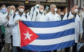 Κουβανοί γιατροί  κατά την άφιξή τους  στο αεροδρόμιο του Μιλάνου την περασμένη εβδομάδα. © REUTERS/Daniele Mascolo/Ideal Image