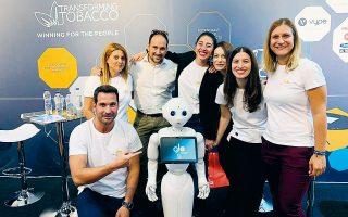 Εργαζόμενοι με την Pepper (robot) στις «Ημέρες καριέρας».
