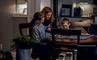 Εκατομμύρια γονείς σε όλο τον κόσμο αντιμετωπίζουν ξαφνικά την πρόκληση του «homeschooling». © Christian Sorensen Hansen/The New York Times