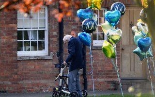 Ο 99χρονος βετεράνος Τομ Μουρ συγκέντρωσε εκατομμύρια στερλίνες για το ΕΣΥ διασχίζοντας εκατό φορές τον κήπο του.