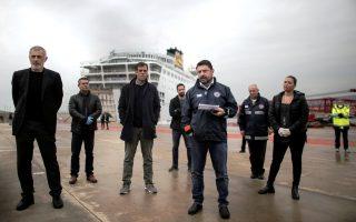 Ο υφυπουργός Πολιτικής Προστασίας και Διαχείρισης Κρίσεων Νίκος Χαρδαλιάς  (3Δ) μιλά στους δημοσιογράφους δίπλα στον δήμαρχο Πειραιά Γιάννη Μώραλη (Α) κατά την επίσκεψή του στο λιμάνι του  Πειραιά, όπου είναι αγκυροβολημένο το πλοίο