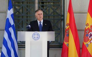 Ο πρεσβευτής της Ισπανίας στην Ελλάδα Ενρίκε Βιγέρα μιλάει στη συμβολική τελετή σε ένδειξη συμπαράστασης προς τον έντονα δοκιμαζόμενο από την πανδημία ισπανικό λαό, στο υπουργείο Εξωτερικών.
