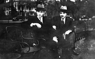 Ο Αγγελος Κατακουζηνός με τον Στρατή Ελευθεριάδη-Teriade στο Παρίσι τη δεκαετία του '30 (αρχείο Ιδρύματος Α. & Λ. Κατακουζηνού).