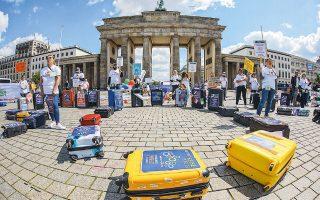 Mε άδειες βαλίτσες και μαχητικά συνθήματα διαδήλωσαν χθες μπροστά στην Πύλη του Βραδεμβούργου, στο Βερολίνο, εργαζόμενοι σε τουριστικά γραφεία και ταξιδιωτικά πρακτορεία, καθώς η πανδημία έχει παραλύσει τον τομέα εδώ και δύο μήνες και απειλεί χιλιάδες θέσεις εργασίας στη Γερμανία.