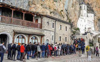 Oι εικόνες της κοσμοσυρροής στη λειτουργία ορθόδοξου μοναστηριού στο Μαυροβούνιο, χωρίς οι πιστοί να τηρούν αποστάσεις ούτε να φορούν μάσκες, οδήγησαν στη σύλληψη οκτώ ιερέων. Ιδίως όμως η κράτηση επί 72 ώρες του επισκόπου Ιωαννικίου του Νίκσιτς εξόργισε την Ορθόδοξη Εκκλησία της Σερβίας.