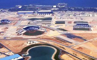 Ανοίγει ο δρόμος για την κατεδάφιση των εγκαταστάσεων του παλαιού αεροδρομίου στο Ελληνικό, πλην βεβαίως των κτιρίων που έχουν χαρακτηριστεί διατηρητέα. Η άδεια κατεδάφισης περίπου 450 κτιρίων στις παραχωρούμενες εκτάσεις στο Ελληνικό και στον Αγιο Κοσμά δημοσιεύθηκε στην Εφημερίδα της Κυβερνήσεως και, πλέον, οι μπουλντόζες είναι έτοιμες να μπουν στην έκταση για να ξεκινήσει η πρώτη φάση του έργου.
