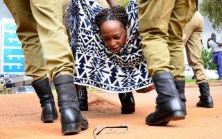 Μια ακαδημαϊκός ανάμεσα σε μπότες. Τα πεσμένα γυαλιά της φαίνεται να κοιτά η Stella Nyanzi καθώς την παίρνουν σηκωτή στην Kampala της Ουγκάντας. Η ακαδημαϊκός μαζί με άλλους συμμετείχαν σε διαδήλωση εναντίον της κυβέρνησης και του τρόπου που διανέμουν την ανθρωπιστική βοήθεια στην διάρκεια της καραντίνας, με πανό που έγραφαν «Τα παιδιά πεινάνε».  REUTERS/Abubaker Lubowa