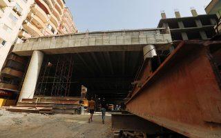Καινοτόμος πολεοδομία. Σύγχρονη πρέπει να γίνει η πόλη του Καΐρου και πρέπει να βρεθεί τρόπος να συνδεθεί το κέντρο της πόλης με τον αυτοκινητόδρομο. Ελα όμως που ο δρόμος δεν χωράει στο προάστιο al-Omraniya. Ε και; Εκλεισαν τα μπαλκόνια έγιναν και κάποια διαμερίσματα με μόνιμη σκίαση και ο δρόμος προς την εξέλιξη είναι ανοιχτός. REUTERS/Amr Abdallah Dalsh