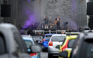Ολα στο αυτοκίνητο. Φαίνεται ότι είναι ο μοναδικός τρόπος προς το παρόν. Ετσι στο Σίδνεϊ διοργανώθηκε -ίσως η πρώτη συναυλία μουσικής-  drive-in στο Robyn Webster Sports Centre. Σκοπός της τραγουδίστριας Cass Hopetoun αλλά και των μουσικών η επανεκκίνηση της μουσικής βιομηχανίας και η επιστροφή τους στα live. Σύμφωνα με τους κανονισμούς 600 άτομα μπορούσαν να συμμετάσχουν. ΕPA/JOEL CARRETT