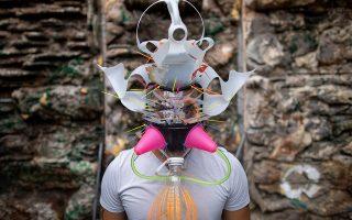 Μάσκα. Αφού θα την φορέσεις, ας είναι λοιπόν ιδιαίτερη. Ο καλλιτέχνης Leeroy New από τις Φιλιππίνες φτιάχνει μάσκες από ευτελή υλικά για όσους θέλουν να διαφέρουν από τους άλλους μέσα στην πανδημία. REUTERS/Eloisa Lopez