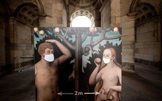 Από απόσταση. Μετά από έξι ολόκληρες εβδομάδες που παρέμεινε κλειστή η πινακοθήκη της Δρέσδης, ανοίγει για το κοινό. Με την απαραίτητη ενημέρωση και τις απαραίτητες προφυλάξεις φυσικά, όπως αποτυπώνονται και στον πίνακα «Αδάμ και Ευα» του Lucas Cranach.  EPA/FIlip Singer
