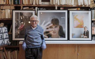 Ο ένας. Ο ένας και μοναδικός. Με ένα τεράστιο χαμόγελο στα χείλη ποζάρει ο διακεκριμένος και πολυβραβευμένος φωτογράφος Tony Vaccaro στο σπίτι του στην Νέα Υόρκη. Εχει να περιγράψει μια ζωή γεμάτη συνταρακτικούς σταθμούς. Εχασε την μητέρα του στην γέννα, ο πατέρας του πέθανε όταν ήταν 5 ετών από φυματίωση και έζησε στην φτώχεια και τους ξυλοδαρμούς στην Ιταλία. Αργότερα μπορούσε να καμαρώσει ότι επέζησε από μια από της σκληρότερες μάχες στην ιστορία του Β' Παγκοσμίου Πολέμου, την απόβαση της Νορμανδίας. Μα δεν σταμάτησε εκεί. Πριν από λίγο καιρό επιβίωσε και από την μάχη του με τον κορωνοϊό. Δεν πρέπει να υπάρχουν πολλοί σαν και αυτόν, ίσως μάλιστα να είναι και ο μόνος.  (Photo courtesy Manolo Salas via AP)