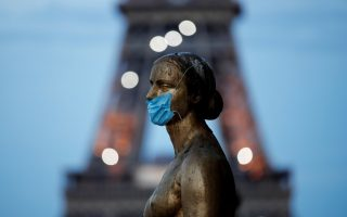 Golden Statue at the Trocadero square near the Eiffel tower wears a protective mask during the outbreak of the coronavirus disease (COVID-19) in Paris, France, May 2, 2020. REUTERS/Benoit Tessier     TPX IMAGES OF THE DAY