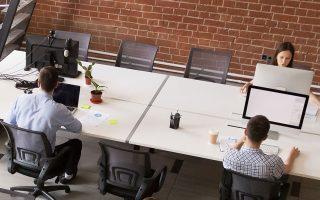 Η ανάγκη για διατήρηση απόστασης μεταξύ των εργαζομένων αναμένεται σταδιακά και μακροπρόθεσμα να οδηγήσει τις εταιρείες σε αναζήτηση πιο μόνιμων λύσεων από την «κυκλική» προσέλευση των υπαλλήλων ή την απομάκρυνση των γραφείων ώστε να μην είναι το ένα δίπλα στο άλλο.