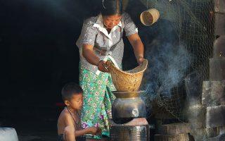 Η Παγκόσμια Τράπεζα ορίζει ως «απόλυτη ένδεια» τη διαβίωση ενός ατόμου με λιγότερα από 1,90 δολ. την ημέρα.