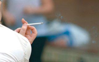 Σύμφωνα με νέα δεδομένα, όσοι καπνίζουν διατρέχουν μεγαλύτερο κίνδυνο να προσβληθούν.