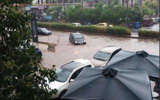 Πλημμύρισε η λεωφόρος Αμφιθέας από τη χθεσινή έντονη βροχόπτωση.