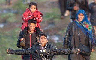 Πρόσφυγες και μετανάστες στα σύνορα της Τουρκίας με την Ελλάδα κοντά στον Εβρο, έπειτα από μια αποτυχημένη προσπάθεια να περάσουν στη χώρα μας, τον περασμένο Μάρτιο.