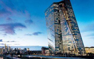 Οι αναλυτές αναμένουν πως η ΕΚΤ θα ενισχύσει το πρόγραμμα αγοράς ομολόγων κατά 500 δισ. ευρώ.