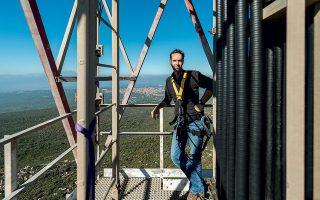 Επικίνδυνες αποστολές: ο Γιώργης Γερόλυμπος πάνω σε πύργο κινητής τηλεφωνίας στη Μεσσηνία.