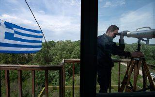 Συνοριοφύλακας της Ελληνικής Αστυνομίας κατοπτεύει τουρκικό έδαφος από φυλάκιο που βρίσκεται στην περιοχή των Φερών. ΑΛΕΞΑΝΔΡΟΣ ΑΒΡΑΜΙΔΗΣ