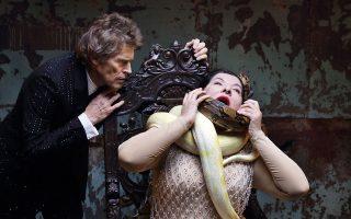 Ο Γουίλεμ Νταφόε σε σκηνή από βίντεο της παράστασης «Οι 7 θάνατοι της Μαρίας Κάλλας» με τη Μαρίνα Αμπράμοβιτς, η οποία κατόρθωσε να επιβληθεί ως απόλυτη σταρ της performance art, υποβιβάζοντας ταυτόχρονα το κοινό σ' ένα σύνολο εθελοντών που με χαρά συμμετέχουν στα συμπεριφορικά πειράματά της.