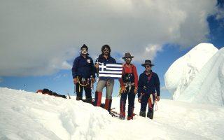 Τρία χρόνια μετά τη χιονοστιβάδα στα Ιμαλάια ο Χρήστος Λάμπρης (πρώτος από δεξιά πλάι στον Μιχάλη Τσουκιά) ανέβηκε στην κορυφή Αλπαμάγιο των Ανδεων.