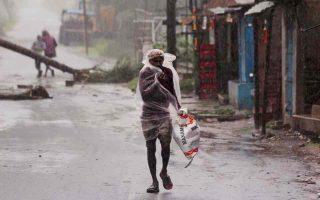 megales-katastrofes-kai-thymata-se-india-amp-8211-mpangklantes-apo-ton-kyklona-amfan-vinteo0