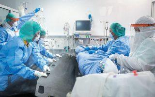«Είναι ολοένα και καλύτερη η αντιμετώπιση των ασθενών στις κλινικές και στις ΜΕΘ. Ξέρουμε τι ποσότητες οξυγόνου θα χορηγήσουμε, πότε είναι καλύτερο να διασωληνώσουμε τους ασθενείς, πώς να αναγνωρίσουμε εκείνους στους οποίους πρέπει να χορηγήσουμε ανοσοτροποποιητικά φάρμακα. Εχουμε αποκτήσει το know how του κορωνοϊού», λέει ο καθηγητής Μικροβιολογίας Αθανάσιος Τσακρής (φωτ. από το νοσοκομείο «Σωτηρία»).
