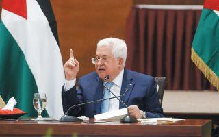 O πρόεδρος της Παλαιστινιακής Αρχής, Μαχμούντ Αμπάς, ανακοίνωσε την Τρίτη ότι αποδεσμεύεται από τις ειρηνευτικές συνθήκες του Oσλο, ιδιαίτερα σε ό,τι αφορά τη συνεργασία στο πεδίο της ασφάλειας. Οπως διαβεβαίωναν Παλαιστίνιοι αξιωματούχοι, «αυτή τη φορά, δεν πρόκειται για απλή φραστική απειλή». ALAA BADARNEH / REUTERS
