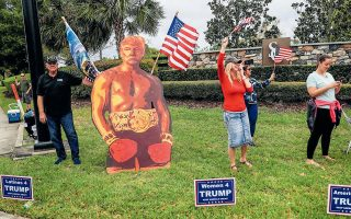 Οπαδοί του Ντόναλντ Τραμπ με εικόνα του προέδρου ως... Ρόκι. Ο Αμερικανός πρόεδρος έχει και άλλους θαυμαστές, εξαιρετικά επικίνδυνους, που διαδηλώνουν κυριολεκτικά με το όπλο παρά πόδα και αμφισβητούν, ανοικτά πλέον, την Ιστορία, την επιστήμη, την αλήθεια, τον Διαφωτισμό.REUTERS / TOM BRENNER