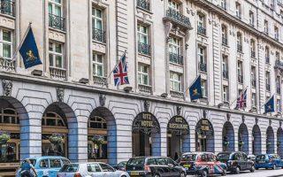 Από τον όμιλο των Μπάρκλεϊ λείπει πλέον το Ritz του Λονδίνου, το οποίο δεν ήταν μόνον κερδοφόρο περιουσιακό στοιχείο της οικογένειας, αλλά παράλληλα αποτελεί και κομμάτι της βρετανικής ιστορίας. Shutterstock