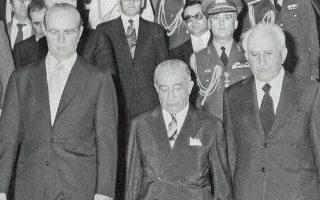 20.6.1975. Ο πρωθυπουργός Κωνσταντίνος Καραμανλής και ο πρόεδρος της Βουλής Κωνσταντίνος Παπακωνσταντίνου (δεξιά) συνοδεύουν τον νεοεκλεγέντα Πρόεδρο της Δημοκρατίας Κωνσταντίνο Τσάτσο. Πέντε χρόνια αργότερα, με 183 ψήφους ο Καραμανλής μεταπήδησε στο ανώτατο αξίωμα της χώρας.