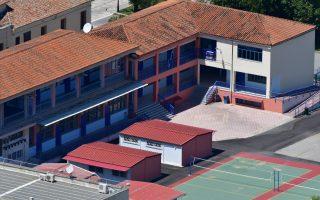 Σχολικό συγκρότημα στο Ναύπλιο, τη  Δευτέρα 11 Μαΐου 2020. Σε ένα πρωτόγνωρο, περιβάλλον μπήκαν στις τάξεις τους οι μαθητές της Γ' Λυκείου των δυο σχολείων στο Ναύπλιο. Οι μαθητές μπήκαν κατευθείαν στις τάξεις χωρίς την πρωινή συγκέντρωση, ενώ πολλοί καθηγητές και μαθητές ήταν εφοδιασμένοι με μάσκες προστασίας αλλά και μεζούρες για την τήρηση των αποστάσεων. Η επιστροφή στα σχολεία δύο μήνες μετά το κλείσιμο τους ήταν κάπως αμήχανη, καθώς καθηγητές και μαθητές θα πρέπει να έχουν συνέχεια στο μυαλό τους τα νέα μέτρα κατά του κορονοϊού. Από σήμερα λοιπόν μπήκαν σε εφαρμογή αυστηρά μέτρα, τα οποία θα πρέπει να τηρούνται ευλαβικά, από τους μαθητές της Γ' Λυκείου, ενώ την επόμενη εβδομάδα – 18 Μαΐου – θα ακολουθήσουν οι μαθητές των υπόλοιπων τάξεων του Γυμνασίου και του Λυκείου. Άγνωστο ακόμη παραμένει αν και πότε θα γυρίσουν στα σχολεία οι μαθητές του δημοτικού. Τις τελευταίες οδηγίες στους μαθητές έδωσε ο Λυκειάρχης  των σχολείων. ΑΠΕ-ΜΠΕ /ΑΠΕ-ΜΠΕ/ΜΠΟΥΓΙΩΤΗΣ ΕΥΑΓΓΕΛΟΣ