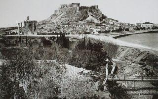 Αποψη της πόλης, εστεμμένης από τον Παρθενώνα, σε φωτογραφία του Δημητρίου Κωνσταντίνου το 1864. Η Ακρόπολη συμβόλιζε την ιδέα της Αθήνας ακόμη και στη διάρκεια των αιώνων κατά τους οποίους η πόλη ήταν απούσα από την πολιτική ιστορία. Οταν ήρθε η ώρα η Αθήνα να ξαναγεννηθεί, «χρειαζόταν τα ιερά οστά της».