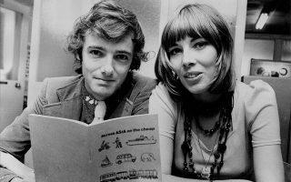 Ο ταξιδιωτικός συγγραφέας Tony Wheeler με τη σύζυγό του Maureen και το βιβλίο τους «Across Asia on the cheap», τον Νοέμβριο του 1973. © Golding/Fairfax/ Getty Images/ Ideal Image